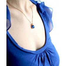 Goldener Kettenanhänger blau Amalia am Model