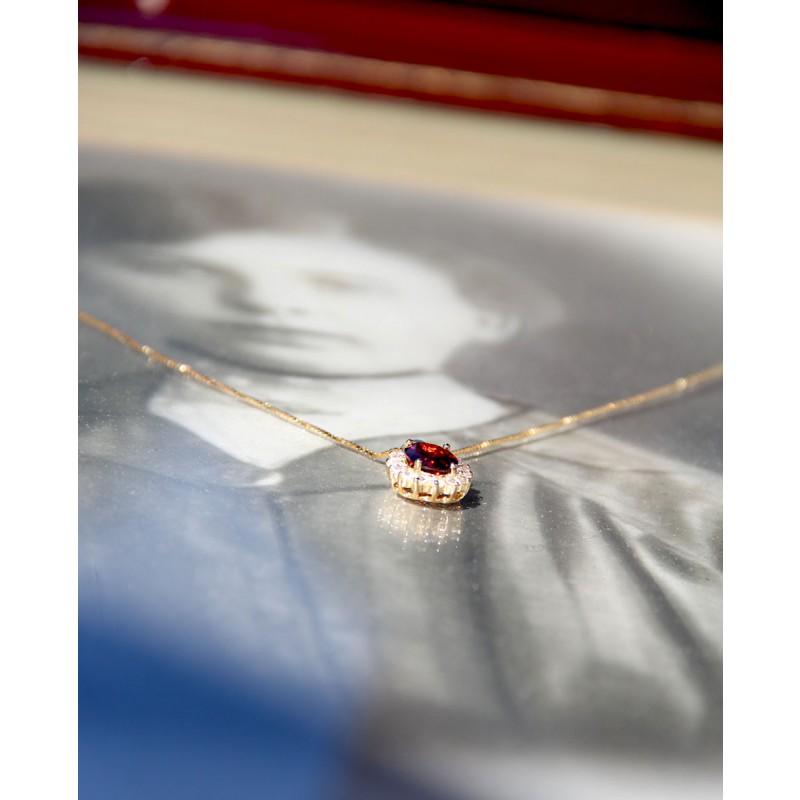 Vergoldete Sterling Silber Kette in rot Sissi liegend von unten