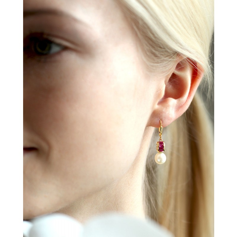 Ohrring mit Perle Letizia pink am Ohr
