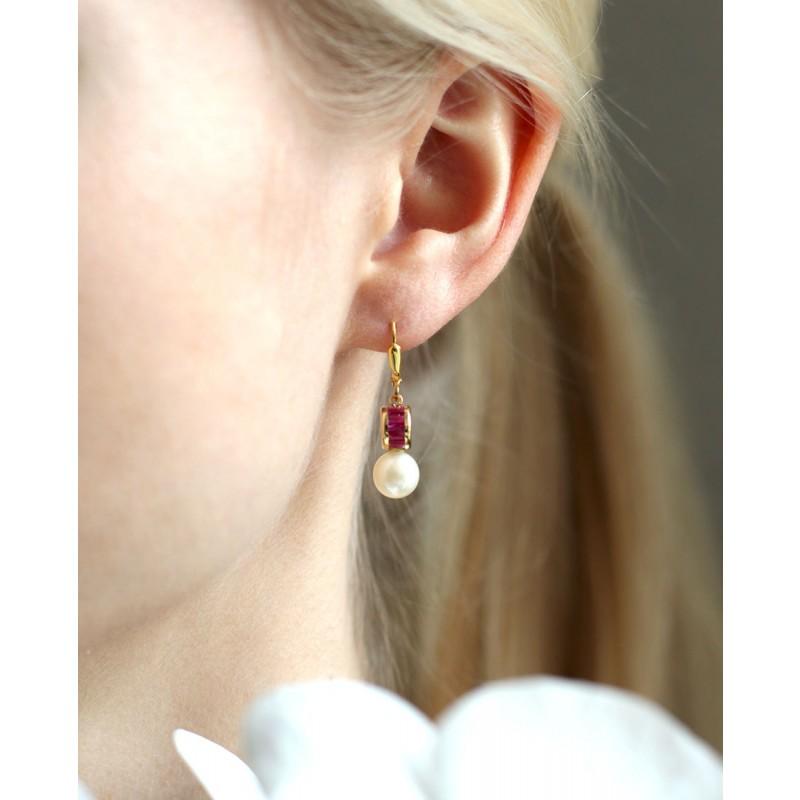 Perlen-Ohrring pink am Ohr