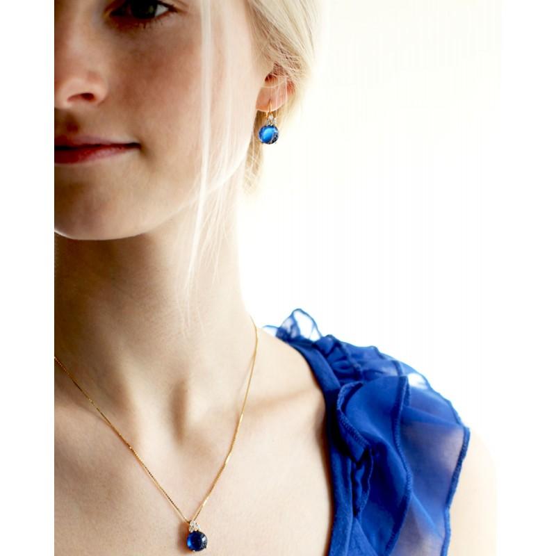 Goldenes Schmuck Set für Damen Amalia Blau - Ohrringe und Kettenanhänger am Model
